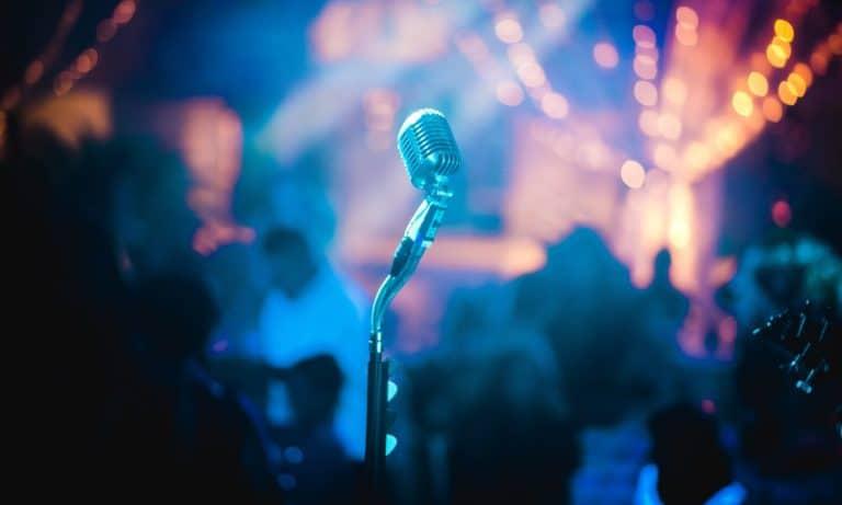 Micro pour représenter les artistes chanteur de jazz