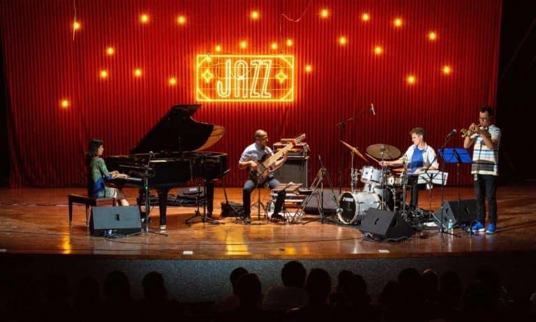 Scène de concert de jazz dans un bar ambiance ou café