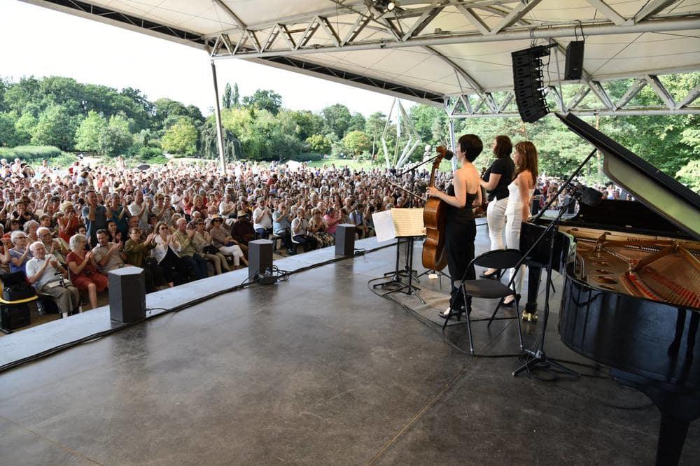 Scene du paris jazz festival dans le parc floral avec un concert